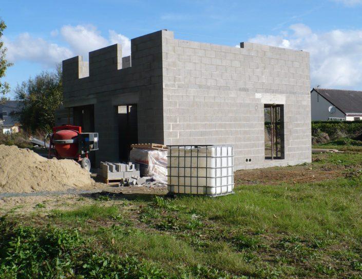 Construction pour un professionnel, avec parpaings, plancher en béton, coffre de volets roulants, sable à Savenay