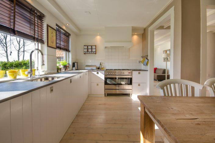 Aménagement de cuisine ouverte, mur, parquet en matériaux nobles et de store en bois de chêne naturel à Notre Dame des Landes (44)