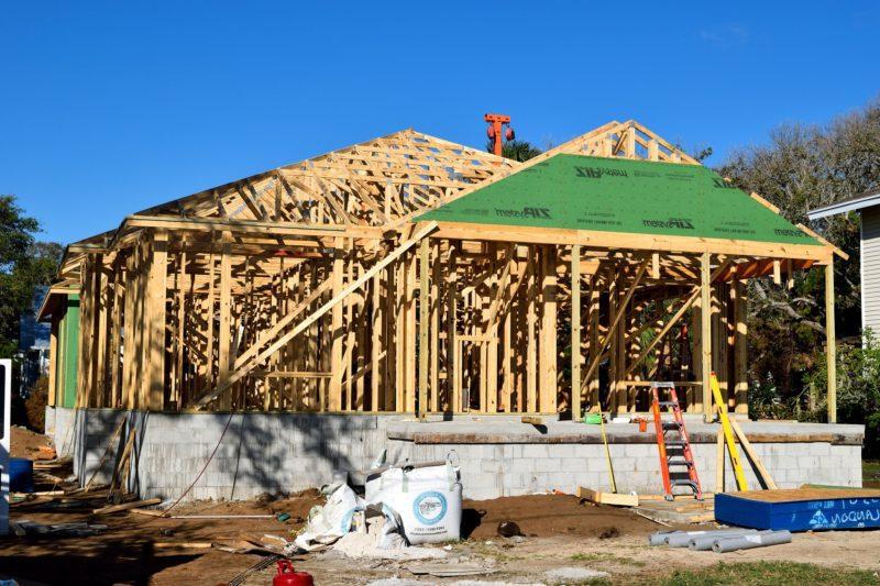 Construction d'une maison en ossature bois, contreventements, vide sanitaire, pare pluie et débord de toit à Mesquer