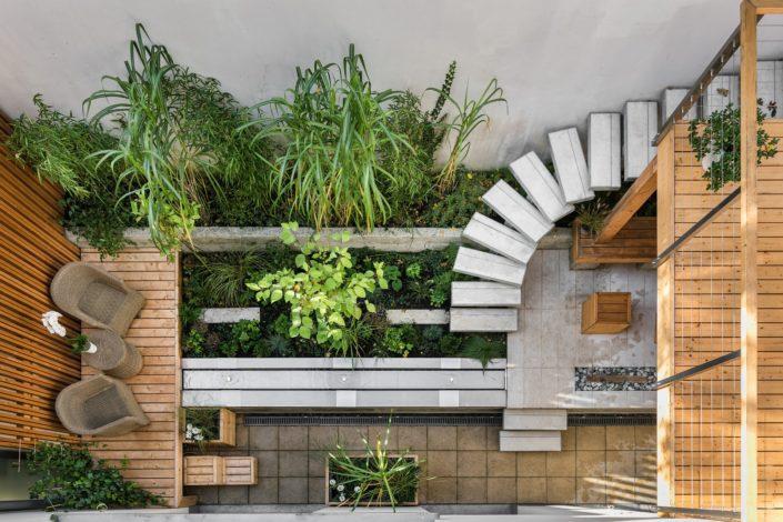 Cour intérieure et terrasse sur piloti en pierre et bois à Nozay (44)