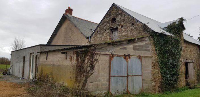 Rénovation d'un étage en pierre avec ardoise naturelle, cuisine ouverte en 3D avant, à Guenrouët (44)