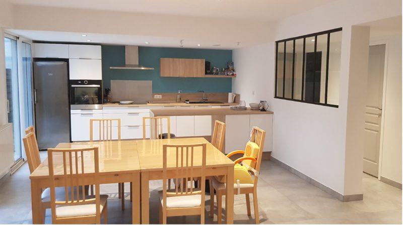 Création du mur verrière pour intégrer la cuisine en soulignant les surfaces restructurées au Temple de Bretagne (44)
