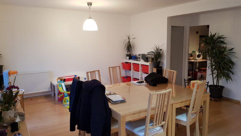 Réagencement de la cuisine dans la pièce de vie pour aménager une chambre au Temple de Bretagne (44)