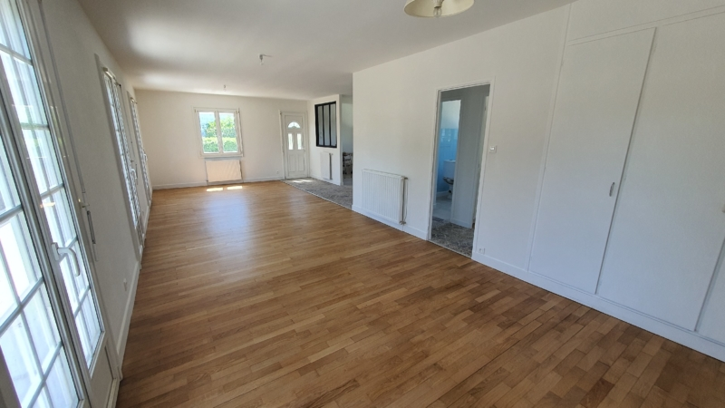 Dégagement d'un bel espace à vivre mis en perspective par la restauration du parquet