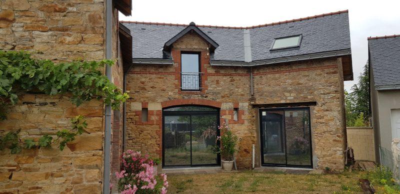 Mise en valeur de la façade avec des menuiseries noires en aluminium